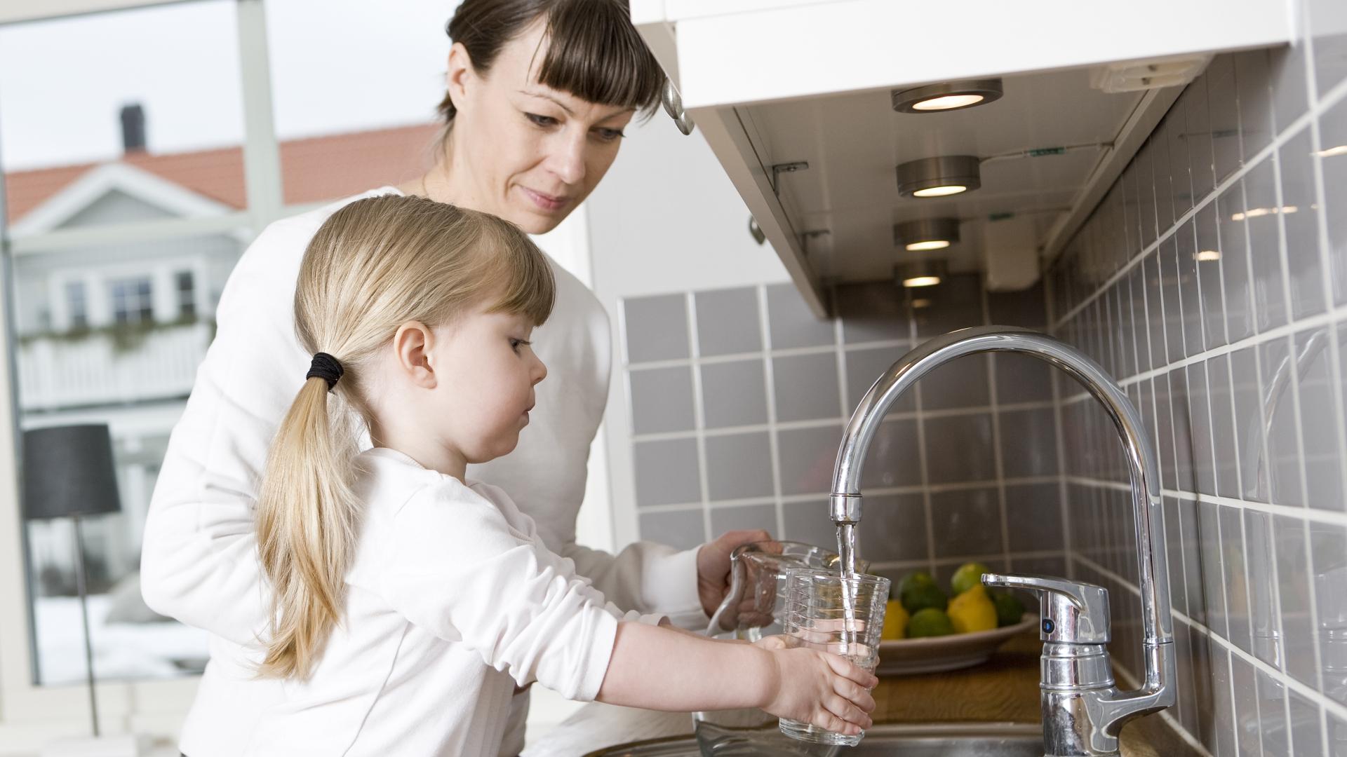 apă minerală, plată sau alcalină